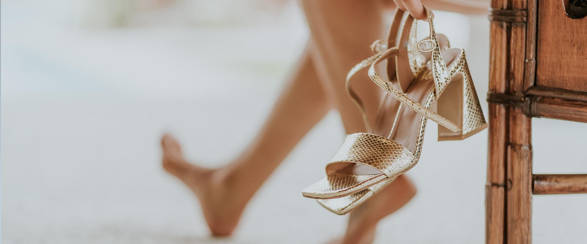 sandálias douradas de mulher
